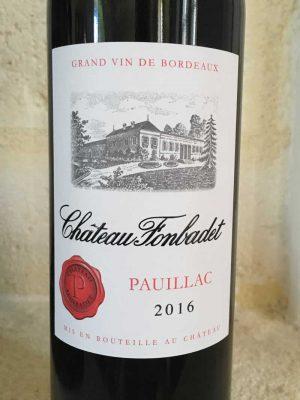 Close up de l'étiquette de vin rouge Château Fonbadet